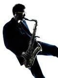 Sassofonista dell'uomo che gioca il giocatore di sassofono immagine stock libera da diritti