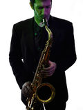 Sassofonista dell'uomo che gioca il giocatore di sassofono immagini stock libere da diritti