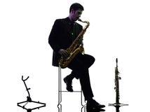 Sassofonista dell'uomo che gioca la siluetta del giocatore di sassofono fotografie stock libere da diritti