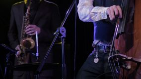 Sassofonista di Playing Contrabass With del musicista su fondo video d archivio