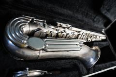 Sassofono d'argento in suo caso Fotografia Stock