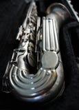 Sassofono d'argento in suo caso Immagine Stock