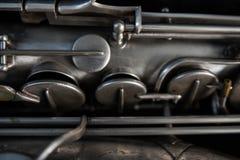 Sassofono d'argento in suo caso Fotografie Stock Libere da Diritti
