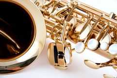 Sassofono d'ottone dell'oro isolato su bianco fotografia stock