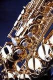 Sassofono dell'oro isolato su Bk nero Immagini Stock Libere da Diritti