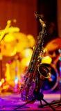 Sassofono su una priorità bassa luminosa. Fotografia Stock