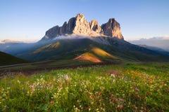 Sassolungo在日出的山峰 免版税库存照片