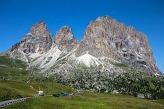 Sassolungo, Val加迪纳,白云岩,意大利 站立在五颜六色的领域的Sassolungo阿尔卑斯在夏季期间在Val加尔德角 免版税库存图片