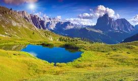 Sassolungobergketen bij zonnige de zomerdag Dolomietmountai royalty-vrije stock afbeelding