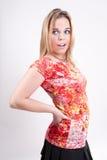 Sassy blondin i en röd och gul överkant Royaltyfria Bilder