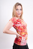 Sassy Blondine in einer roten und gelben Oberseite Lizenzfreie Stockbilder