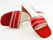 Sassy rode en witte zijde grosgrain sandals. Royalty-vrije Stock Foto