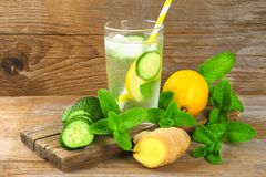 Sassy vatten Nytt kallt vatten med gurkan, citronen, ingefäran och mintkaramellen Detox- och viktförlust Vetegräspulver, måttband royaltyfri foto