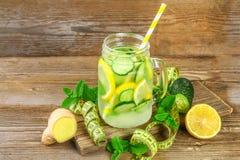 Sassy vatten Nytt kallt vatten med gurkan, citronen, ingefäran och mintkaramellen Detox- och viktförlust Vetegräspulver, måttband royaltyfria bilder