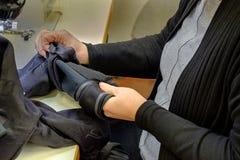 Sastre de las manos de las mujeres s de Yang Alta moda Imagen de archivo libre de regalías