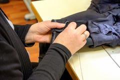 Sastre Haute Couture de las manos de las mujeres s de Yang Fotografía de archivo