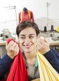 Sastre pensativo Choosing Fabric imagenes de archivo