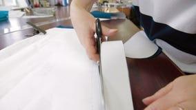 Sastre que corta los modelos con las tijeras almacen de video