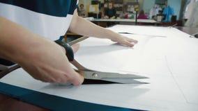 Sastre que corta los modelos con las tijeras almacen de metraje de vídeo