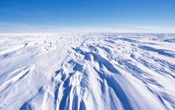 Sastrugi en la meseta polar antártica Fotos de archivo