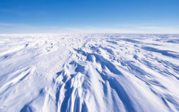 Sastrugi no platô polar antárctico Fotos de Stock