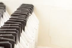 Saszetki czarna herbata z ciemnymi etykietkami w pakunku Obrazy Royalty Free