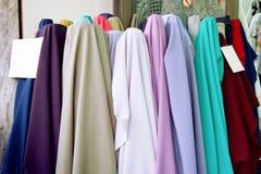 Satäng har många färger Försäljning för pastellfärgad färg för tyg på marknad Torkduketexturbakgrund fotografering för bildbyråer