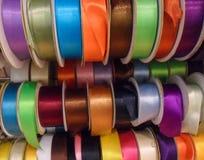 Satängband av olika färger Arkivfoton