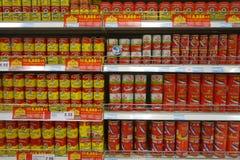 Satängfisken kan mat som säljs i supermarket Royaltyfri Foto