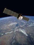 Satélite de comunicación que se mueve en órbita alrededor Fotos de archivo