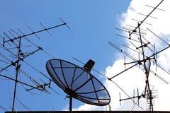 Satélite e antena Foto de Stock Royalty Free