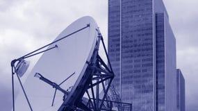 Satélite e prédio de escritórios de comunicação Fotos de Stock Royalty Free