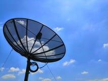 Satélite en fondo claro del cielo y del arco iris Opinión de la antena parabólica en el día con la vía láctea en el cielo imagenes de archivo