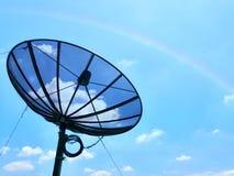 Satélite no fundo claro do céu e do arco-íris imagem de stock royalty free