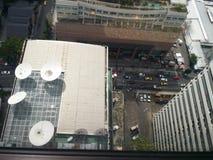 Satélite y tráfico del edificio Fotografía de archivo libre de regalías