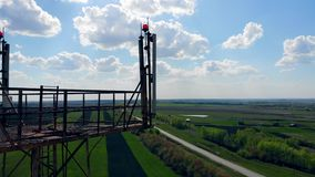 Satélites e antenas que trabalham em uma torre celular video estoque