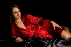 Satén rojo del negro del traje de la muchacha bonita por completo Fotografía de archivo