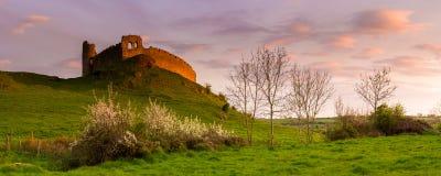 Sat sulla collina: un altro bagno innumerevole di luce al tramonto per quel molto vecchio castello, Fotografia Stock Libera da Diritti