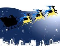 Sata con la sua renna nella neve e nel cielo notturno Immagine Stock