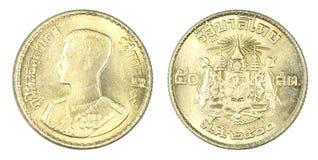 Satang Thailands 50 Münze, 1957 oder B e 2500 lokalisiert auf weißem b Lizenzfreies Stockbild