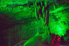 Sataplia jama w Gruzja zaświecał różnymi kolorami Zdjęcia Stock