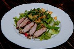 Satat savoureux Salade mixte d'ingrédients, mini pommes de terre, asperge, oeuf, poivre bulgare, morceau de porc, remplissage de  images libres de droits