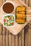 satay的猪肉,烤猪肉服务用花生调味汁或甜点和如此 免版税库存照片