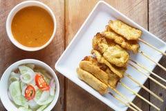 Satay, ψημένο στη σχάρα χοιρινό κρέας χοιρινού κρέατος που εξυπηρετείται με τη σάλτσα φυστικιών ή γλυκόπικρη σάλτσα Στοκ Εικόνες