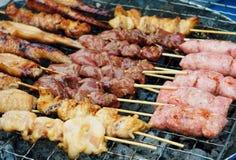 Satay grelhado, alimento da rua em Tailândia Foto de Stock