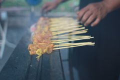 Satay hönagaller på pinnar Royaltyfri Foto