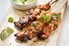 Satay-Hühneraufsteckspindeln mit Kalk und Paprika lizenzfreie stockfotografie