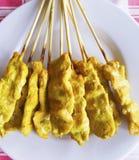 Satay ist thailändischer Aperitif, der, der vom geschnittenen Schweinefleisch gemacht wird, das mit y gemischt wird stockfotos
