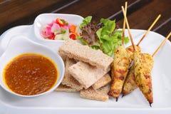 Satay kurczak, Syci Ayam z Arachidowym kumberlandem i chlebem, azjata sk Zdjęcie Royalty Free