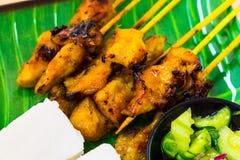 Satay met compacte rijst en atjar kip Stock Foto